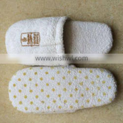 2015 Stylish Emboridery Indoor Slipper with Low Price and High Quality
