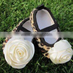Hot selling brown leopard baby shoes with satin rose flower/ flat baby crib shoes